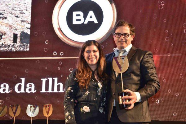 Losménio Goulart, da Cooperativa Vitivinícola da Ilha do Pico, levou para os Açores o troféus respectivo. Entregou Sofia Alves, da BA Glass.