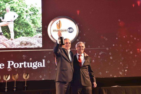 A Lusovini foi a Empresa do ano. Casimiro Gomes, o seu responsável, recebeu o troféu de Henrique Gonçalves, da Marque TDI.