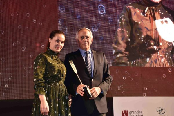 António Agrellos, da Quinta do Noval, foi considerado o Enólogo de Vinhos Generosos. Entregou-lhe o troféu Joana Barbosa, da Global Embalagem.