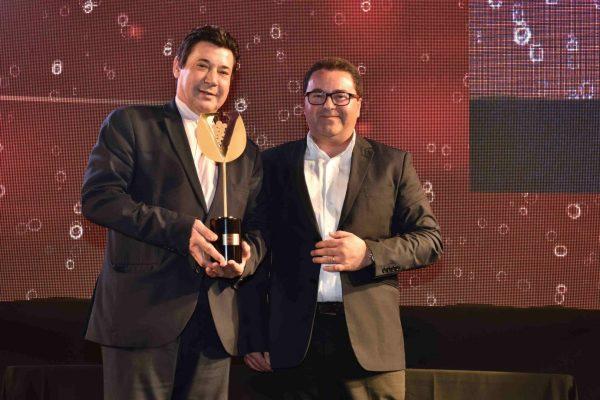 O The Old House, em Lisboa, ganhou o troféu para o Restaurante de Cozinha do Mundo. José Peixoto, escanção da casa, recebeu o prémio das mãos de Rui Jorge, da Riberalves.