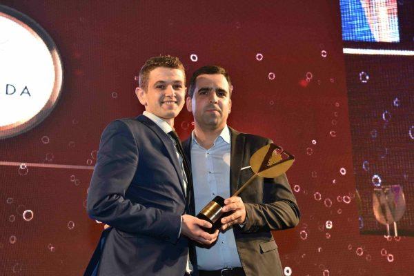 Foi um jovem a receber este ano o troféu de Sommelier. Chama-se Ivo Peralta e oficia no Epur. O prémio foi entregue por Sérgio Pereira, da Vinalda.